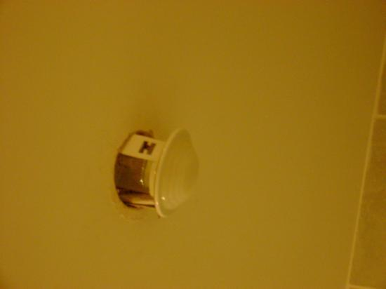 Birr, Irlanda: light fitting on bathroom ceiling