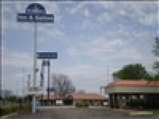 Granbury Inn & Suites: Convenient Location