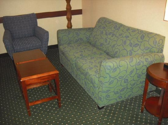 SpringHill Suites by Marriott Frankenmuth: Couch and chair in sitting area