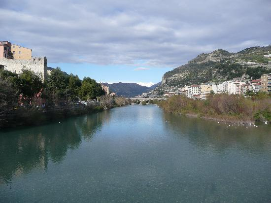 Ventimiglia, Italië: Il fiume Tenda verso l'entroterra