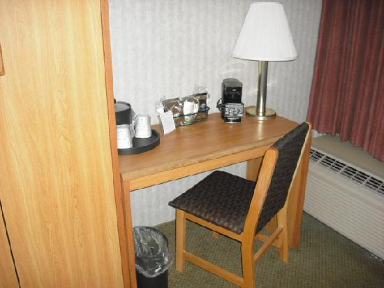 Hampton Inn Cleveland Westlake: Desk/work area