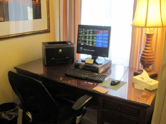 Country Inn & Suites By Carlson, Toledo: computer and internet for free use in the lobby