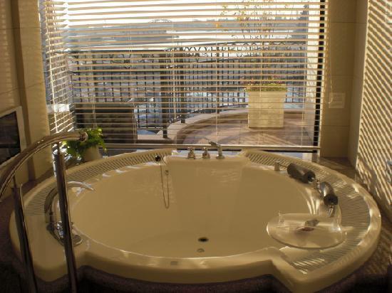Hotel La Suite Kobe Harborland: オーシャンビューのジャグジーにはテレビもついています