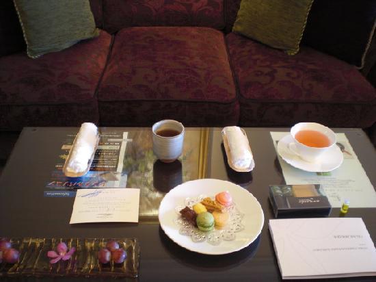 Hotel La Suite Kobe Harborland: ウェルカムドリンク、フルーツ&スイーツ