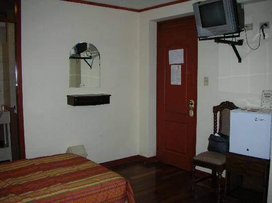 Samay Hotel: 部屋の入り口、廊下の音が聞こえます