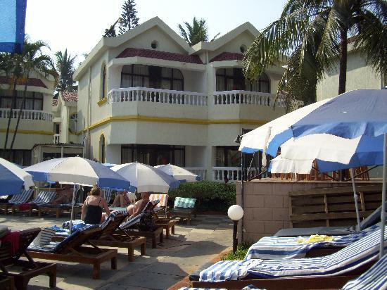 Whispering Palms Beach Resort: hotel from pool
