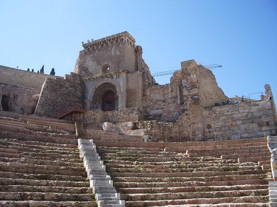 Teatro Romano: catedrlal antigua restos