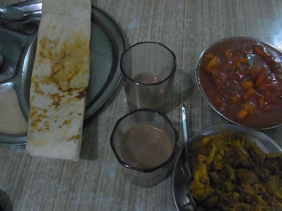O.G.S. Tourist Home: 1階レストラン 南インドメニューあり