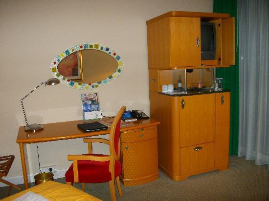 Radisson Blu Hotel, Hannover: RadissonBlu Zimmer - Schreibecke mit Minibar und TV