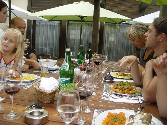 Untervaz, Suiza: Gäste auf der Terrasse