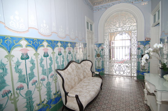La Casa Noble : Original Tiles and frescoes invite you in to experience the delights of this historic home.