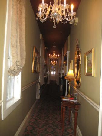 Historic Streetcar Inn: Hallway inside hotel