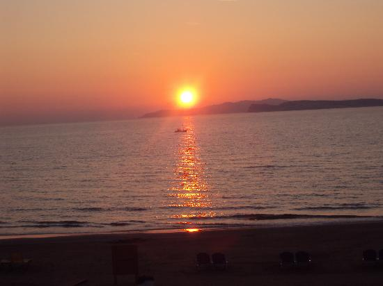 Terezas Hotel: Sunset at San Stefanos every night