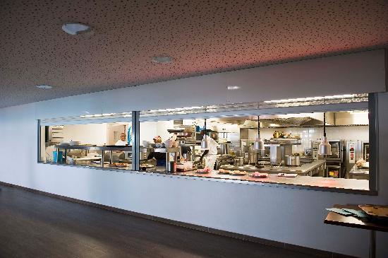 La cuisine ouverte tel un th tre photo de plage beau for Cuisine ouverte restaurant