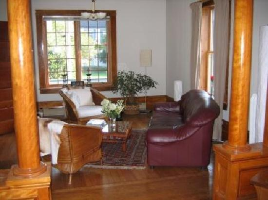 B&B Vert Le Mont: Part of the larger living room available for guests