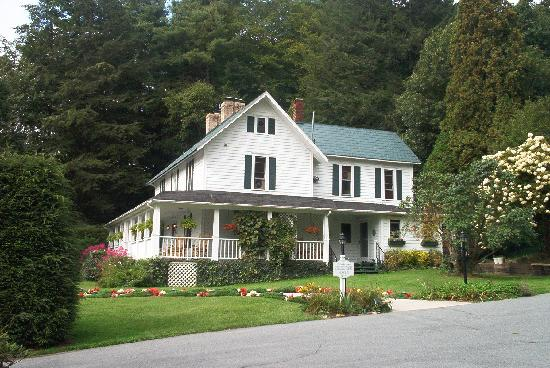 Lovill House Inn - Bed and Breakfast: 11 acres of gardens and wooded ridges