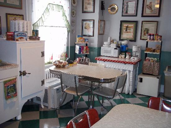 A Sentimental Journey Bed and Breakfast: breakfast room is always open
