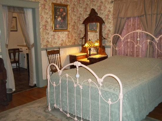 A Sentimental Journey Bed and Breakfast: The Beautiful Dreamer room
