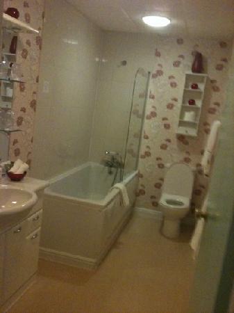 Barrow-in-Furness, UK: bathroom room 10