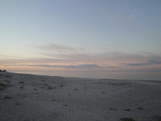 Periwinkle Cottages of Sanibel: Shelling in the Morning...Beautiful
