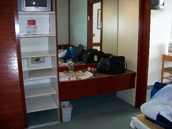 Club Hotel Tiberias: In-room safe, clothing storage area