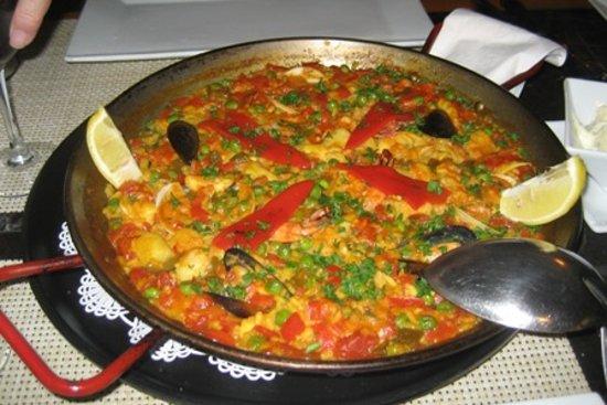 Donde Pepe : Seafood paella --- lots of fish, clams and prawns!
