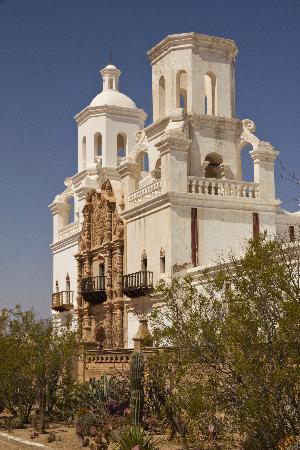 Mission San Xavier del Bac : White Dove of the Desert
