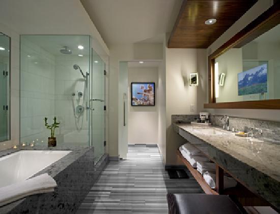 Fairmont Pacific Rim: Guest Bathroom