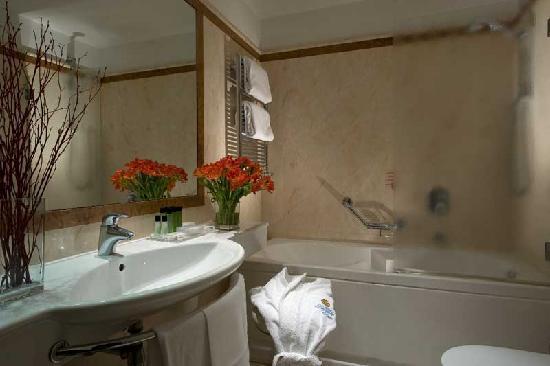 Hotel Dei Borgognoni: bath room hot
