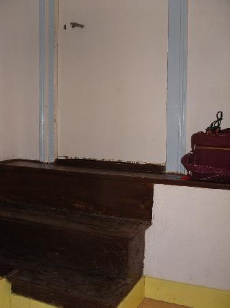 Hotel Du Bellay : Upstairs the door