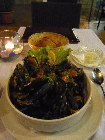 Hotel Perla : ホテルのレストランで(ムール貝のブサラソース)