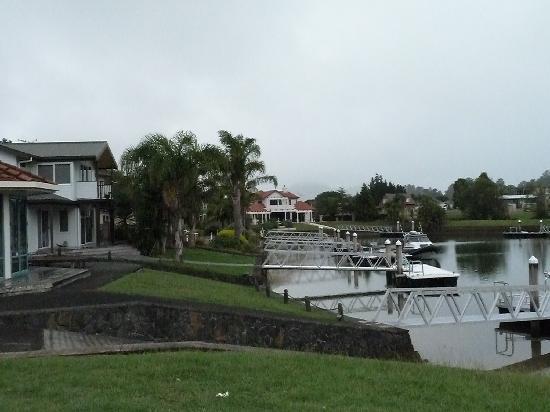 "Pauanui Pines Motor Lodge: ein paar ""Boote"" vor der Tür"