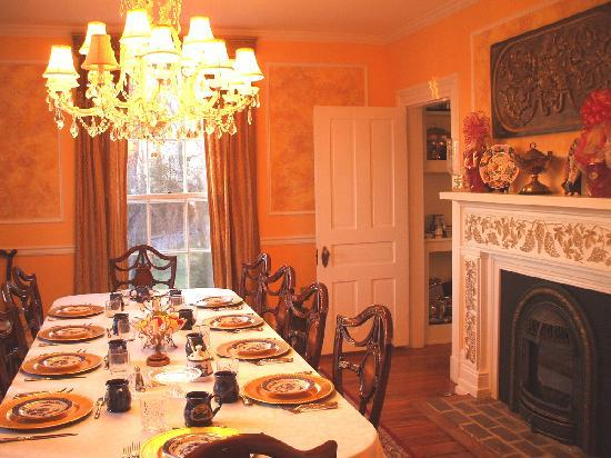 Chestnut Hill Bed & Breakfast Inn: Dine in Elegance in their Elaborate Dining Room!