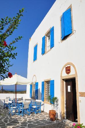 Margarita Hotel: Terrasse et entrée de l'hôtel