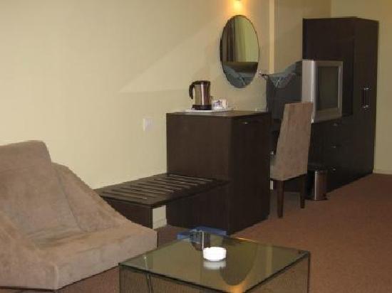 The Centreal Hotel: Executive Room MiniBar, TV etc.