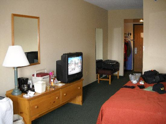 Quality Inn & Suites: Plenty of space for clothing, suitcases