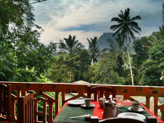 Sun Top Inn: View of Ella rock from the breakfast table