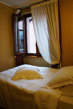 Lugano Dante Center Swiss Quality Hotel : single room with large bed