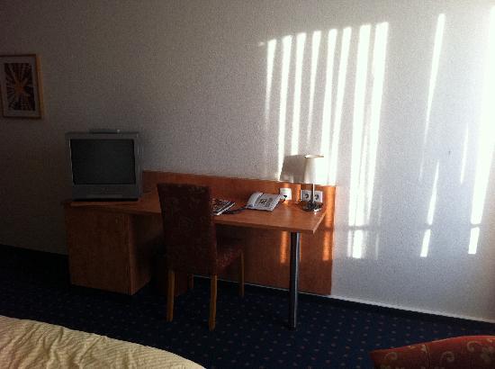 Mingarden Hotel : Schreibtisch & TV