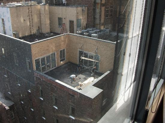 Four Points by Sheraton Manhattan Chelsea: Builders outside..