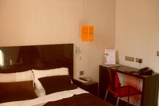 Hotel Rocroy: La cama y el escritorio