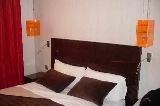 Hotel Rocroy: La cama (hecha rápido por mí para la foto)