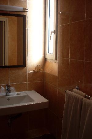 Hotel Rocroy: El lavamanos (amenities incluídas)
