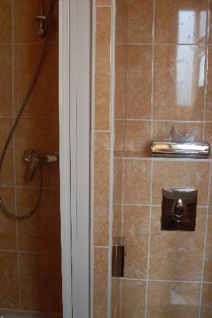 Hotel Rocroy: La ducha (pequeña pero con agua caliente) y el w.c.