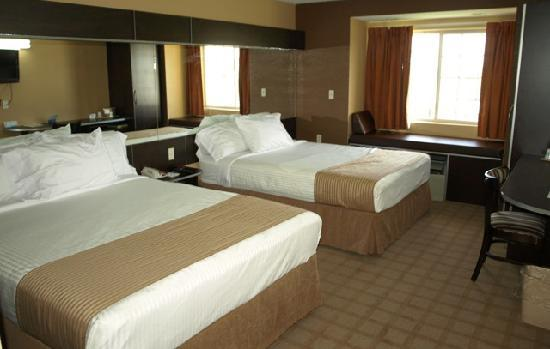 Microtel Inn & Suites by Wyndham Scott/Lafayette: Two Queen Room