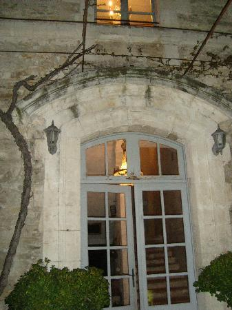 Le Posterlon: the entrance at night