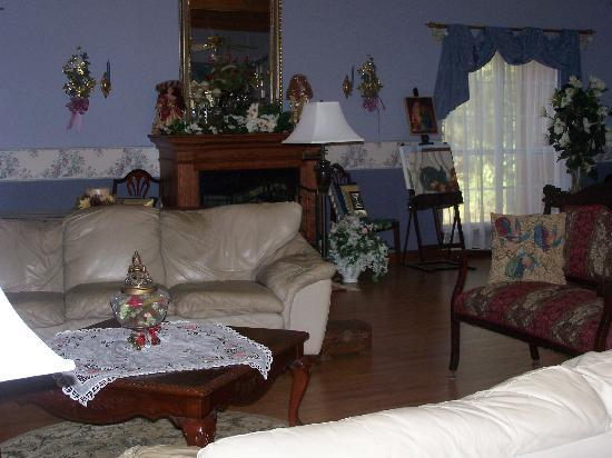 Woodridge Bed and Breakfast of Louisiana: Grand Seating Room - Woodridge B&B