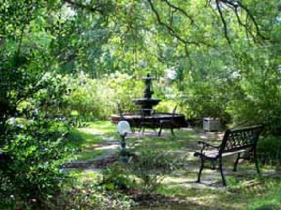 Woodridge Bed and Breakfast of Louisiana: Woodridge B&B Gardens