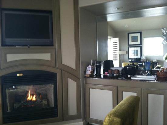 Marina, Kalifornia: fireplace & wet bar