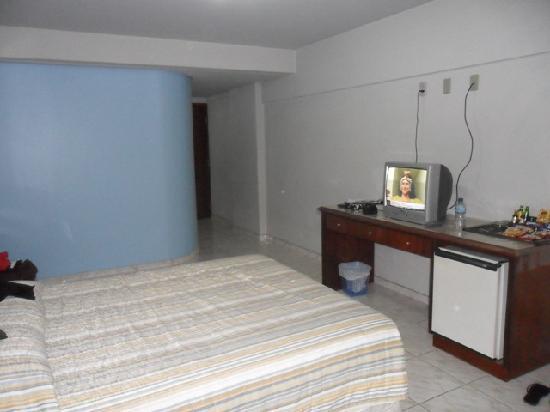 Foz Presidente Hotel: Quarto com a área do banheiro ao fundo